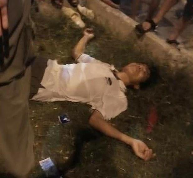 Người đàn ông bị điện giật bất tỉnh khi bế con chơi đu quay ở công viên - Ảnh 1.