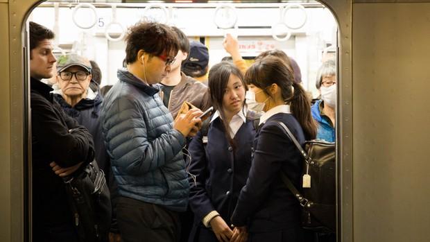 """Trước nạn sàm sỡ trên tàu điện, cảnh sát Nhật Bản tung ứng dụng """"gào thét"""" cho nạn nhân bị quấy rối - Ảnh 1."""