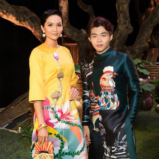 Trong khi NTK Việt im lặng, stylist của Hoa hậu HHen Niê mạnh dạn nhận yếu kém khi để cô mặc váy giống mẫu của NTK nước ngoài khác - Ảnh 4.