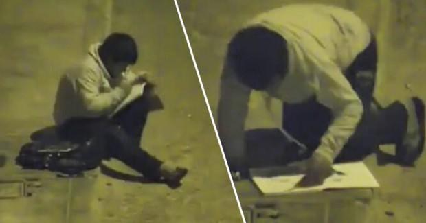 Xúc động trước hình ảnh cậu bé ngồi học bài dưới ánh đèn đường, triệu phú vượt 14.000 cây số để tặng cậu những món quà quý giá - Ảnh 1.