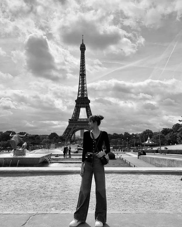 Style chụp hình du lịch kiểu Lisa (BLACKPINK): Xinh đẹp ứ thèm khoe, ảnh không đen trắng thì cũng tối như đêm 30 - Ảnh 5.