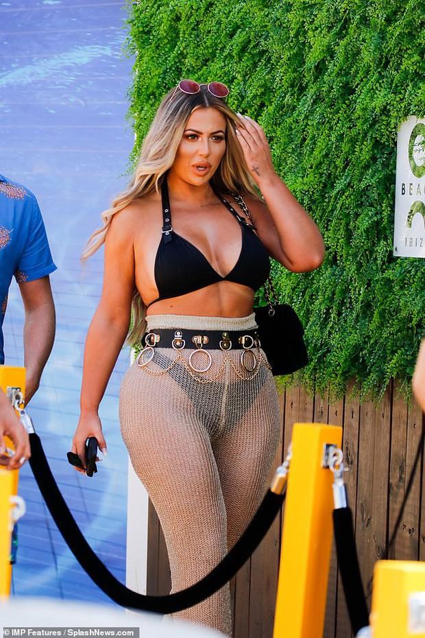 Thảm họa thẩm mỹ nước Anh lột xác thành phiên bản lỗi của Kim Kardashian, khoe vòng 3 khủng đến mức méo mó - Ảnh 1.