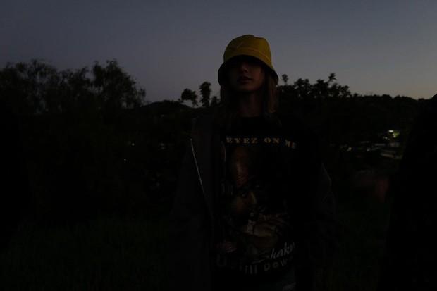 Style chụp hình du lịch kiểu Lisa (BLACKPINK): Xinh đẹp ứ thèm khoe, ảnh không đen trắng thì cũng tối như đêm 30 - Ảnh 2.