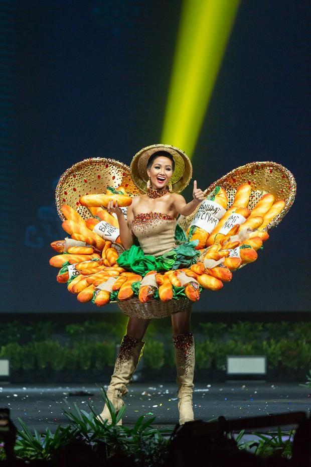Sau bộ trang phục bánh mì quốc dân của H'Hen Niê, liệu Hoàng Thuỳ có cơ hội diện cà phê sữa và mì Quảng lên sân khấu? - Ảnh 1.