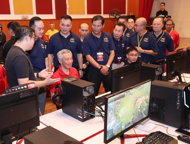 Thủ tướng Singapore xắn tay áo ngồi chơi điện tử, hào hứng với sự phát triển của Esports nước nhà - Ảnh 1.