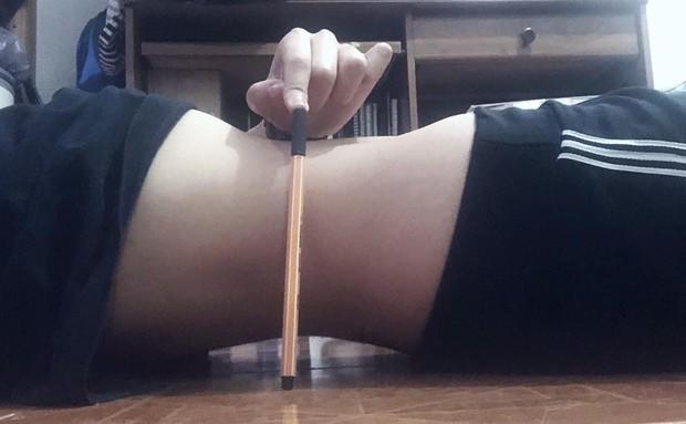 Châu Bùi rủ fan đọ eo thon bằng 1 cây bút, dân tình thi nhau chứng minh vòng eo con kiến của mình - Ảnh 15.