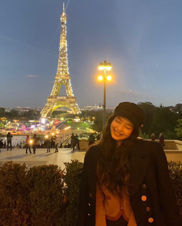 """3 """"mẩu"""" BLACKPINK đều có ảnh check-in lung linh ở tháp Eiffel, nhưng đến khi fan quay ra nhìn hình của Jisoo thì chỉ biết lắc đầu ngán ngẩm - Ảnh 4."""