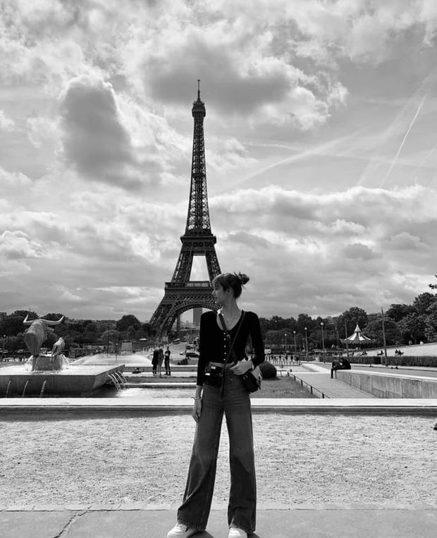 """3 """"mẩu"""" BLACKPINK đều có ảnh check-in lung linh ở tháp Eiffel, nhưng đến khi fan quay ra nhìn hình của Jisoo thì chỉ biết lắc đầu ngán ngẩm - Ảnh 3."""