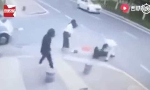 Người phụ nữ đang đi dạo tự nhiên bị một người đàn ông đâm liên tiếp giữa đường và nguyên nhân gây tranh cãi trên MXH - Ảnh 2.