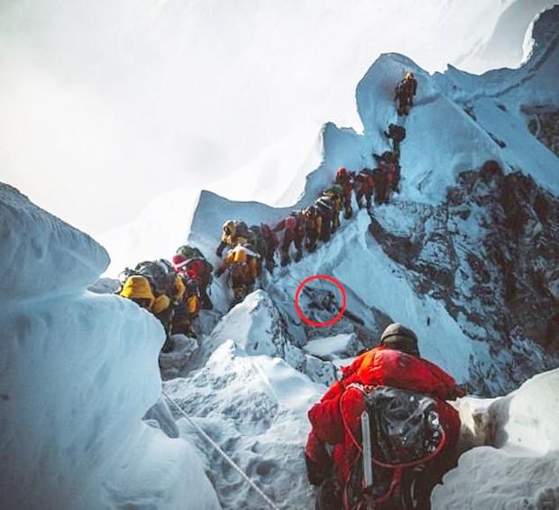 Bức ảnh mới về đỉnh núi Everest khiến nhiều người chết lặng: Trên đường theo đuổi giấc mơ, dưới đôi chân của ta lại là thi thể vô hồn của người khác - Ảnh 1.