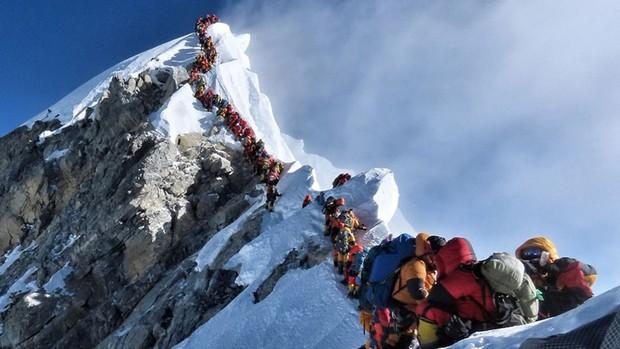 Bức ảnh mới về đỉnh núi Everest khiến nhiều người chết lặng: Trên đường theo đuổi giấc mơ, dưới đôi chân của ta lại là thi thể vô hồn của người khác - Ảnh 2.