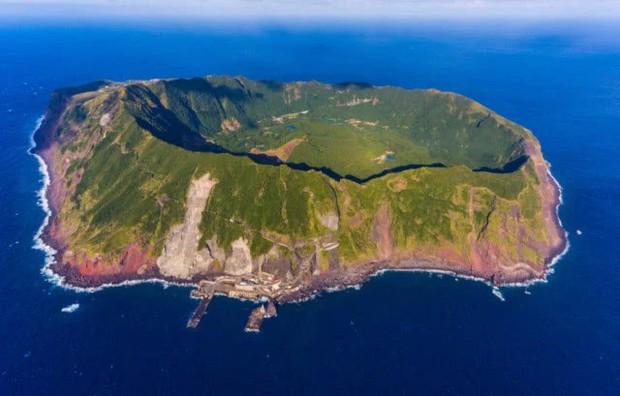 Nhật Bản: Trong miệng núi lửa đang âm ỉ vẫn có bãi đáp trực thăng và 200 người dân sinh sống - Ảnh 1.
