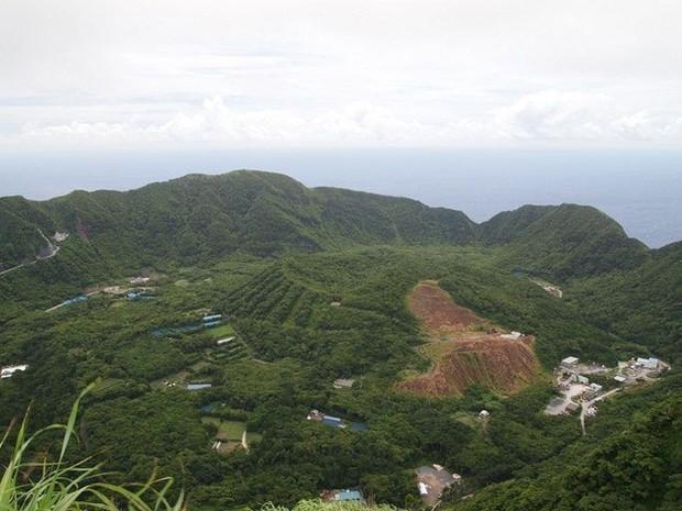 Nhật Bản: Trong miệng núi lửa đang âm ỉ vẫn có bãi đáp trực thăng và 200 người dân sinh sống - Ảnh 2.