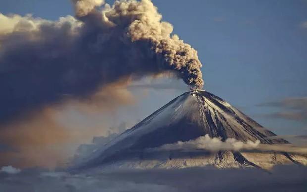 Nhật Bản: Trong miệng núi lửa đang âm ỉ vẫn có bãi đáp trực thăng và 200 người dân sinh sống - Ảnh 3.