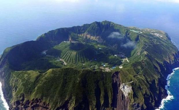Nhật Bản: Trong miệng núi lửa đang âm ỉ vẫn có bãi đáp trực thăng và 200 người dân sinh sống - Ảnh 5.