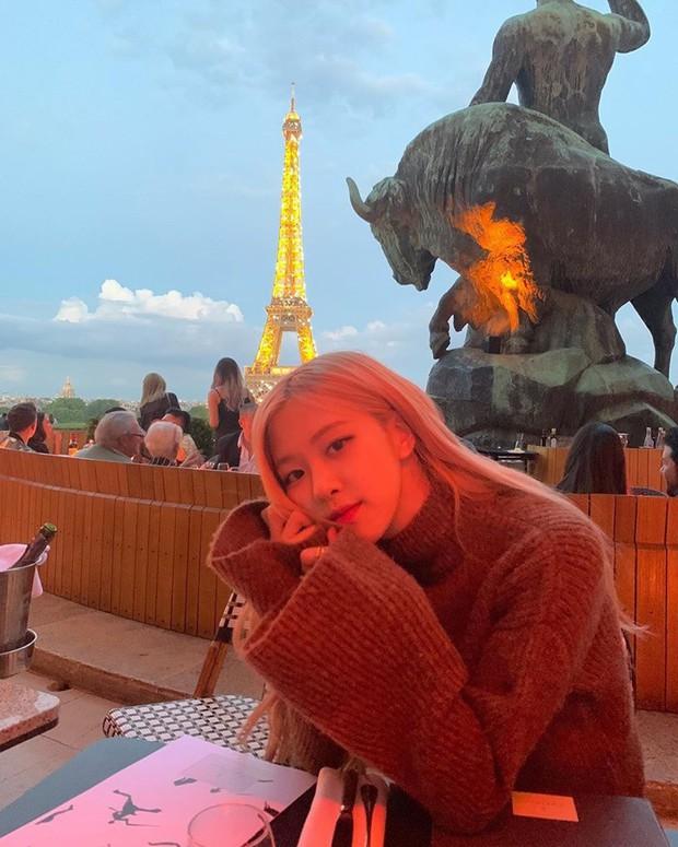 """3 """"mẩu"""" BLACKPINK đều có ảnh check-in lung linh ở tháp Eiffel, nhưng đến khi fan quay ra nhìn hình của Jisoo thì chỉ biết lắc đầu ngán ngẩm - Ảnh 5."""