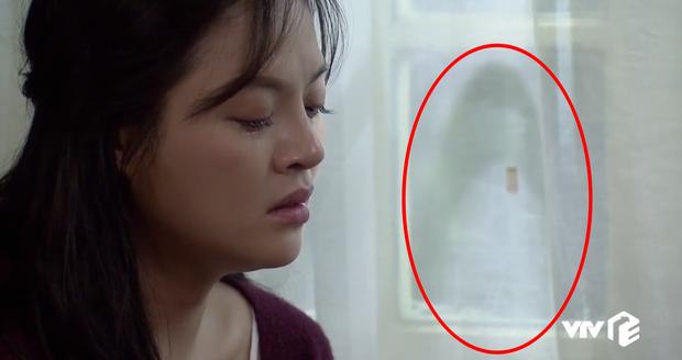 Chi tiết bí ẩn rợn người của Về Nhà Đi Con tập 32: Cái gì đang hiện lên trên tấm rèm cửa nhà Huệ? - Ảnh 4.