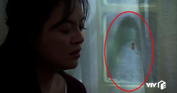 Chi tiết bí ẩn rợn người của Về Nhà Đi Con tập 32: Cái gì đang hiện lên trên tấm rèm cửa nhà Huệ? - Ảnh 5.