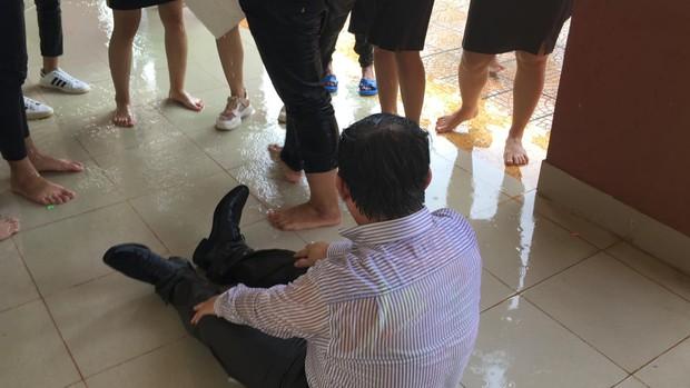 Bị học sinh kéo lê dưới sàn, tạt nước đầy người trong lễ bế giảng, thầy hiệu trưởng nói một câu khiến ai cũng nể - Ảnh 3.