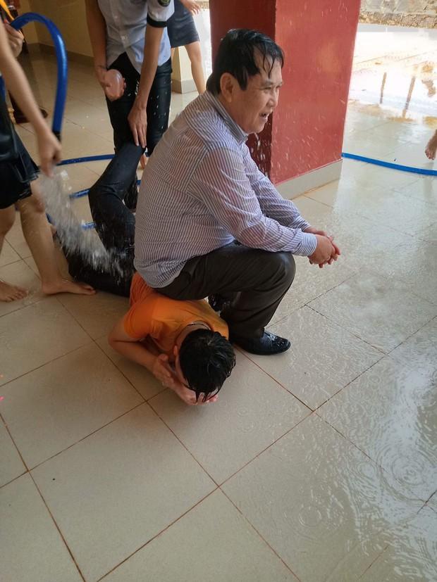 Bị học sinh kéo lê dưới sàn, tạt nước đầy người trong lễ bế giảng, thầy hiệu trưởng nói một câu khiến ai cũng nể - Ảnh 4.