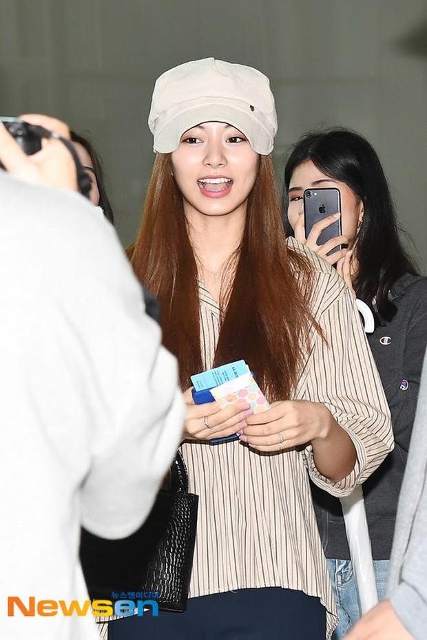 Dàn idol Kpop khiến sân bay náo loạn: Nữ thần Kpop Tzuyu (TWICE) tuột dốc khó đỡ, bị nữ diễn viên 9x nhà SM lấn át - Ảnh 2.