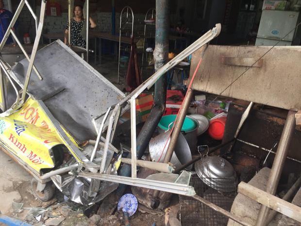 Xe ben lao vào quán cơm ở Sài Gòn, nữ chủ quán cùng người đàn ông nhập viện cấp cứu - Ảnh 2.