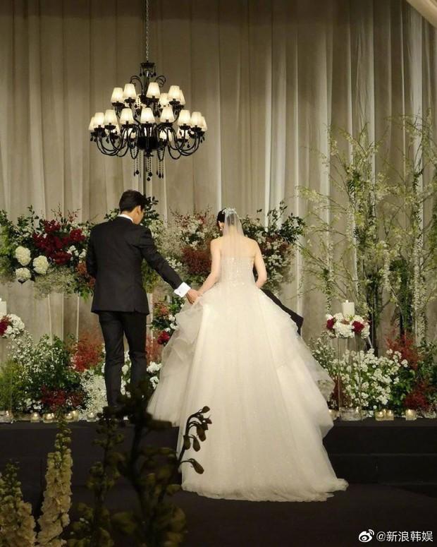 Đám cưới Hoa - Hàn hot nhất hôm nay: Choo Ja Hyun hoá nữ thần diện váy cưới trắng tinh khôi, e ấp bên Vu Hiểu Quang - Ảnh 2.
