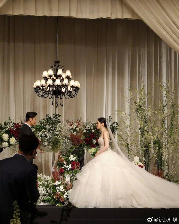 Đám cưới Hoa - Hàn hot nhất hôm nay: Choo Ja Hyun hoá nữ thần diện váy cưới trắng tinh khôi, e ấp bên Vu Hiểu Quang - Ảnh 1.