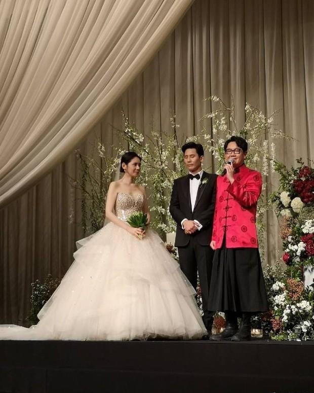 Đám cưới Hoa - Hàn hot nhất hôm nay: Choo Ja Hyun hoá nữ thần diện váy cưới trắng tinh khôi, e ấp bên Vu Hiểu Quang - Ảnh 4.