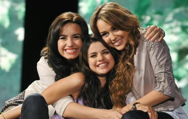 Miley Cyrus lần đầu lên tiếng về cuộc đấu đá ngầm giữa 3 công chúa Disney một thời cùng Selena và Demi Lovato - Ảnh 2.