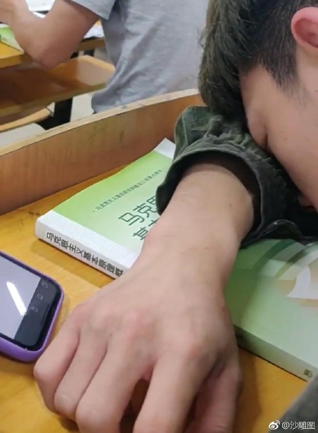 Chết cười với cậu bạn ngủ gật trong lớp nhưng trên tay vẫn còn đang cố hỏi Google: Làm thế nào hết buồn ngủ? - Ảnh 1.