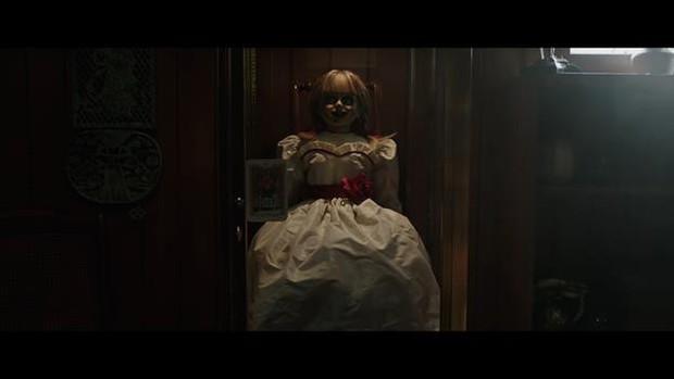 Tung trailer, Annabelle nổi điên với lũ trẻ ranh dám đột nhập tủ cúp bế của phụ huynh khi chưa được phép! - Ảnh 1.