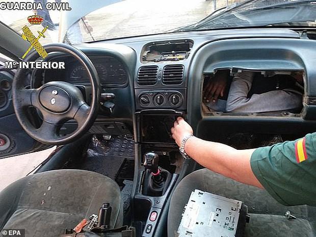 Hãi hùng cảnh người tị nạn trốn trong bảng điều khiển ô tô để vào châu Âu - Ảnh 1.