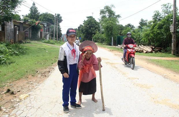 Cảm động bé gái lớp 5 trích tiền thưởng học sinh xuất sắc biếu cụ bà đi bộ lang thang trên đường - Ảnh 1.