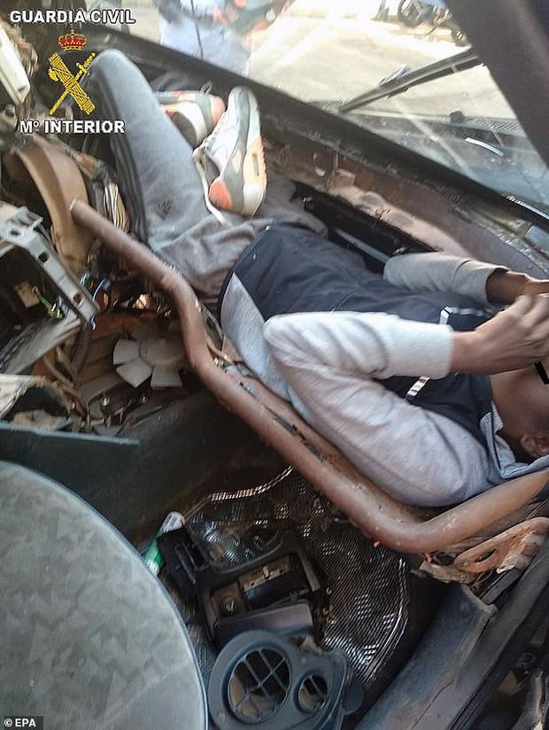 Hãi hùng cảnh người tị nạn trốn trong bảng điều khiển ô tô để vào châu Âu - Ảnh 3.