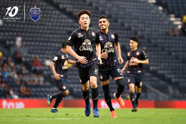 Siêu phẩm sút phạt mang lại danh hiệu đáng quý đầu tiên cho Xuân Trường tại giải đấu số 1 Thái Lan - Ảnh 2.