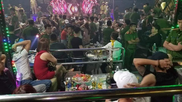 Đột kích quán bar giữa trung tâm Đà Nẵng lúc rạng sáng, phát hiện 80 người dương tính ma túy - Ảnh 2.