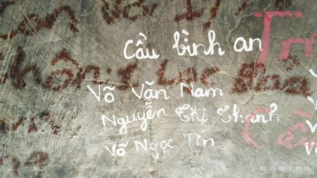 Không chỉ viết tên bố mẹ lên chuông đồng, nhiều bạn trẻ còn vẽ bậy để bày tỏ tình yêu ở chùa Linh Quy Pháp Ấn gây phẫn nộ - Ảnh 3.