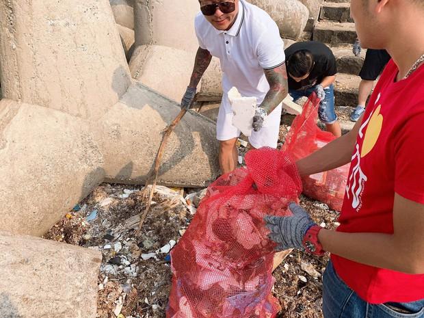 Tuấn Hưng cùng nhóm bạn đi dọn rác quanh bờ biển huyện đảo Lý Sơn: Có thể nhiều người sẽ nói chúng tôi có vấn đề nhưng cứ làm thôi - Ảnh 3.