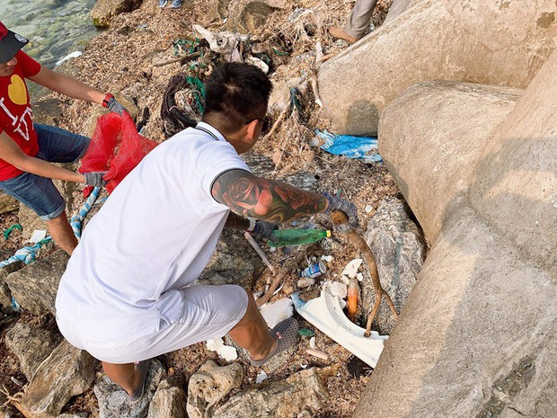 Tuấn Hưng cùng nhóm bạn đi dọn rác quanh bờ biển huyện đảo Lý Sơn: Có thể nhiều người sẽ nói chúng tôi có vấn đề nhưng cứ làm thôi - Ảnh 2.