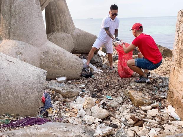 Tuấn Hưng cùng nhóm bạn đi dọn rác quanh bờ biển huyện đảo Lý Sơn: Có thể nhiều người sẽ nói chúng tôi có vấn đề nhưng cứ làm thôi - Ảnh 1.