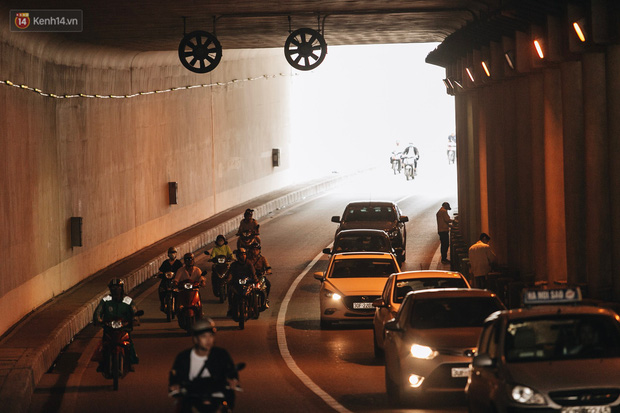 Người dân gặp khó khăn thế nào khi lưu thông qua hầm Kim Liên: Đường dốc và trơn, chạy vào là tay lái chao đảo - Ảnh 10.