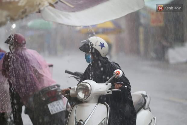 Mưa lớn bất ngờ đổ xuống Sài Gòn, nhiều người phải bật đèn xe lưu thông - Ảnh 9.