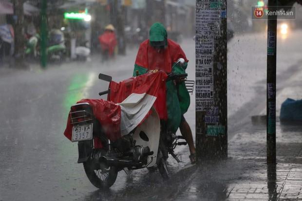 Mưa lớn bất ngờ đổ xuống Sài Gòn, nhiều người phải bật đèn xe lưu thông - Ảnh 6.