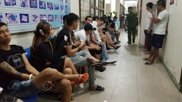 Đột kích quán bar giữa trung tâm Đà Nẵng lúc rạng sáng, phát hiện 80 người dương tính ma túy - Ảnh 3.