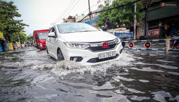 Ảnh: Đường phố Sài Gòn ngập nặng sau cơn mưa, nhiều người đi xe máy suýt té ngã trước đầu ô tô - Ảnh 15.