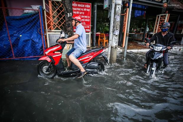 Ảnh: Đường phố Sài Gòn ngập nặng sau cơn mưa, nhiều người đi xe máy suýt té ngã trước đầu ô tô - Ảnh 14.