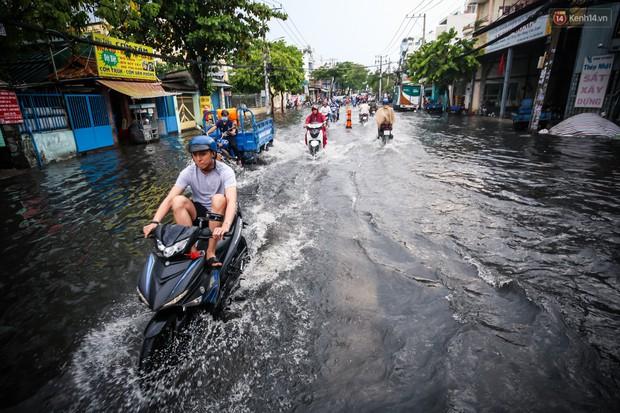 Ảnh: Đường phố Sài Gòn ngập nặng sau cơn mưa, nhiều người đi xe máy suýt té ngã trước đầu ô tô - Ảnh 7.