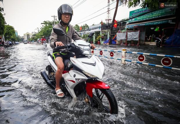 Ảnh: Đường phố Sài Gòn ngập nặng sau cơn mưa, nhiều người đi xe máy suýt té ngã trước đầu ô tô - Ảnh 10.