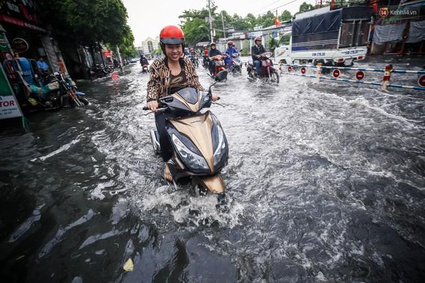 Ảnh: Đường phố Sài Gòn ngập nặng sau cơn mưa, nhiều người đi xe máy suýt té ngã trước đầu ô tô - Ảnh 9.